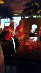 Rosenblätter stimmen aufs Abendessen ein