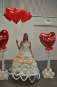 Brautkleid aus Luftballons